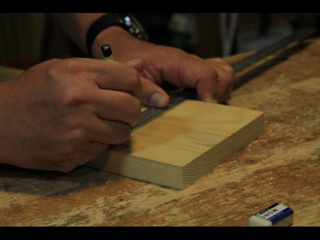 木材にカッティングボードの形を描いてもらう