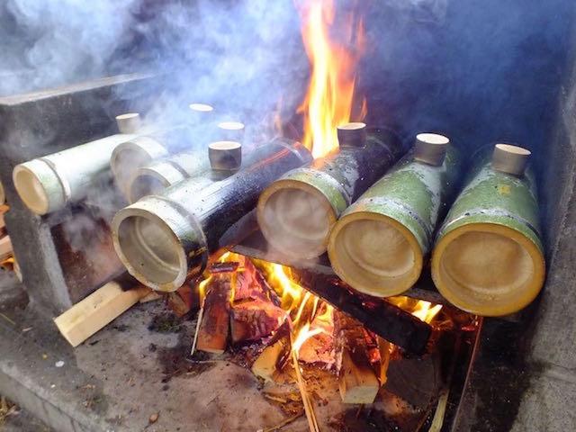 竹筒で炊き込みご飯作り