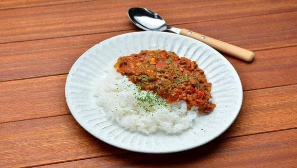 【美容効果たっぷり!トマトカレー!】収穫したての旬の野菜でトマトカレーを作り羽釜で炊いたご飯と食べる旅