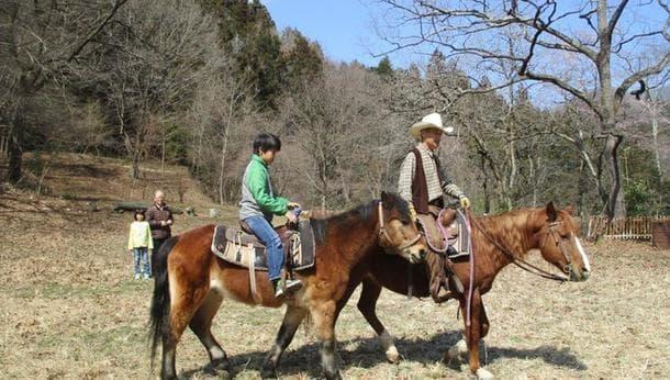 【乗馬体験と牧場遊び】カウボーイ・ガールになろう!秩父山地に囲まれた自然豊かな牧場で馬と触れ合い乗馬体験!